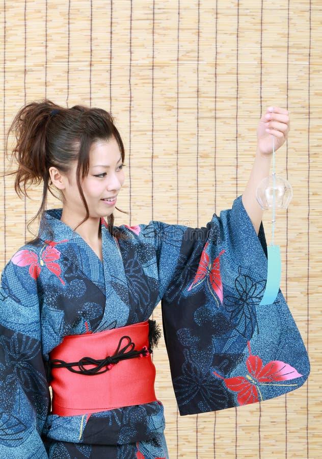 Japanische Frau in der Kleidung des Kimonos stockbild