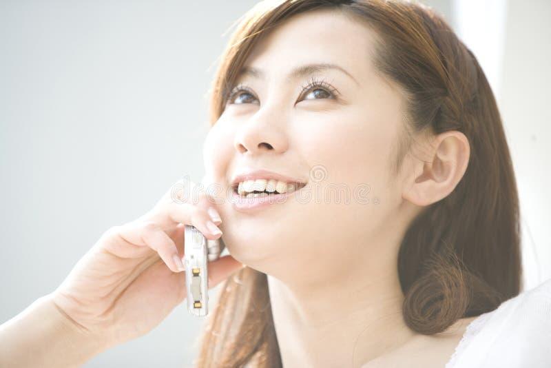 Japanische Frau, die mit Handy spricht lizenzfreies stockbild