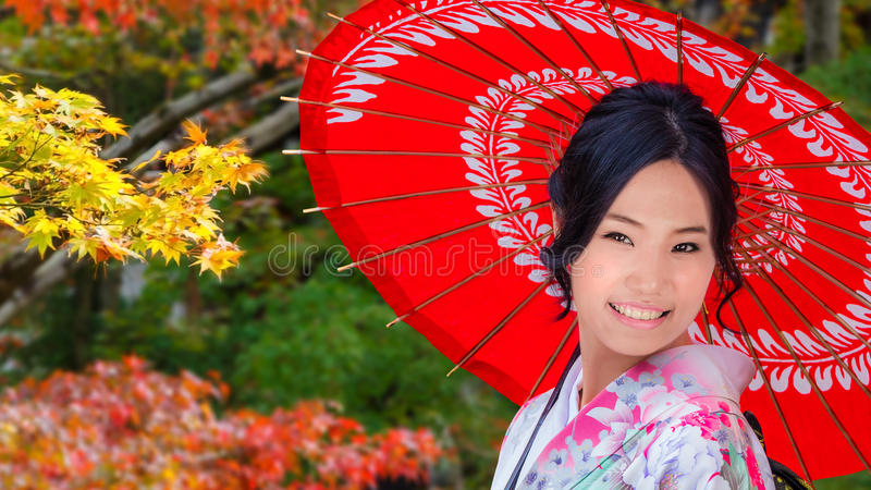 Japanische Frau in einem japanischen Garten im Herbst stockfotografie