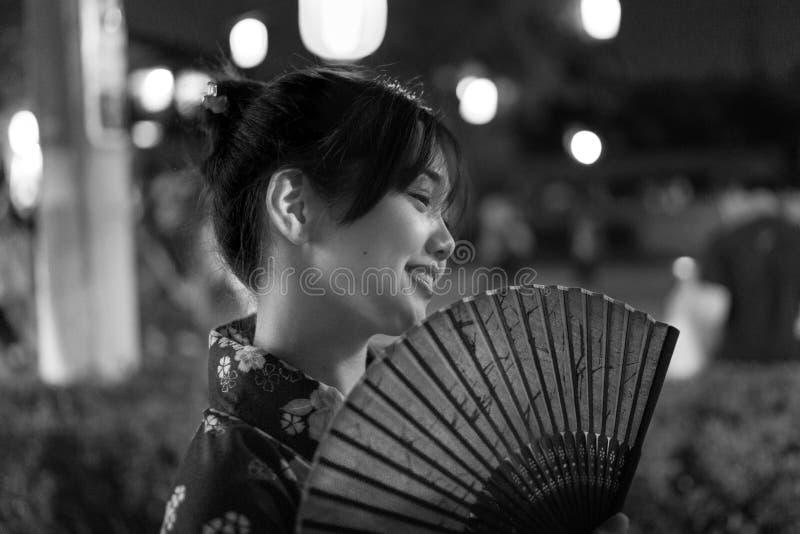 Japanische Frau mit einem traditionellen Fan stockfotos