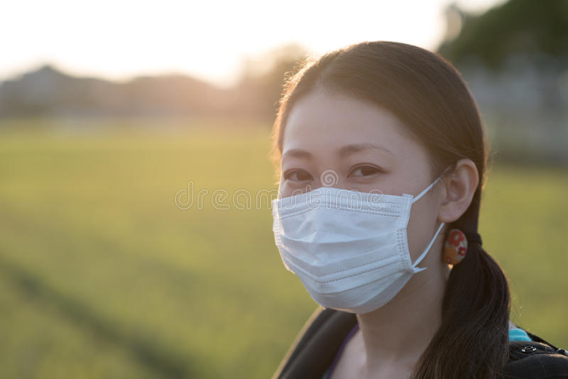 Japanische Frau mit Maske stockfotos
