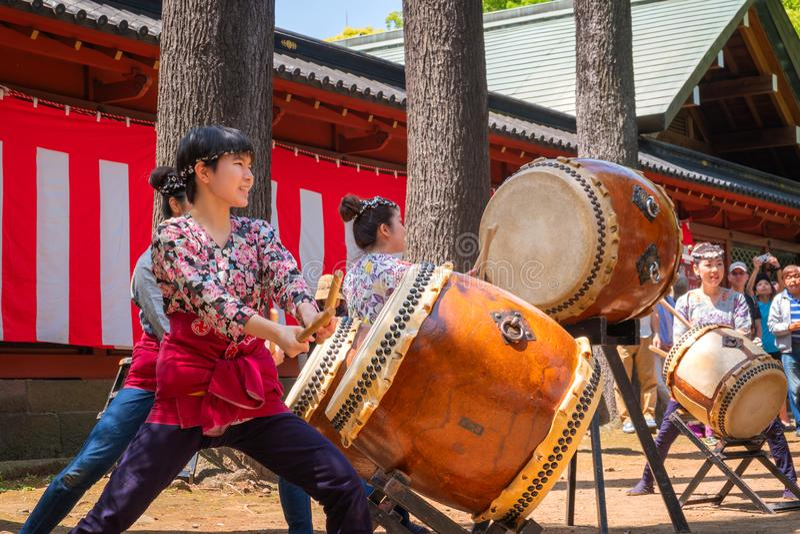 Japanische Frauen führen Taiko-Trommel in Bunkyo Azalea Festival Tsutsuji Matsuri an Nezu-Schrein durch stockbilder