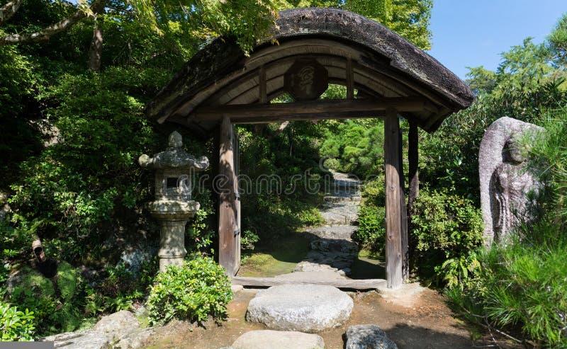Japanische Gartenlandschaft, Eingangstor lizenzfreie stockbilder