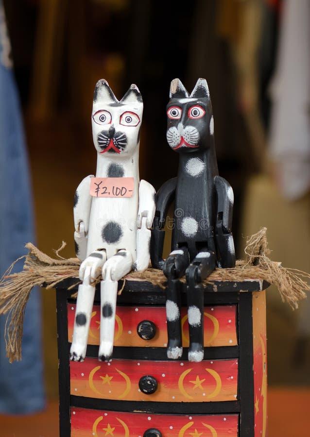 Japanische hölzerne Katzen - lustige Andenken lizenzfreies stockbild