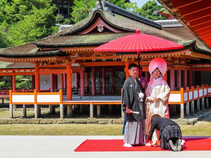 Japanische Hochzeit in den traditionellen Kostümen stockbilder