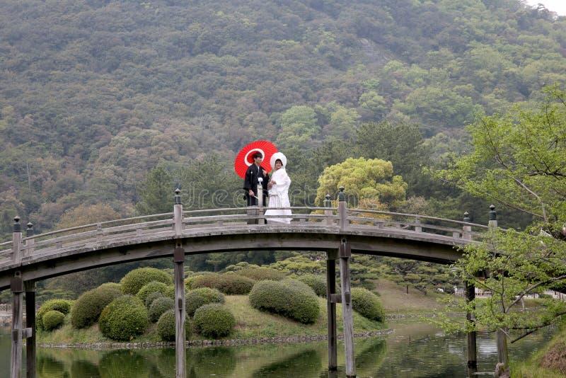 Japanische Hochzeitspaare lizenzfreie stockfotografie