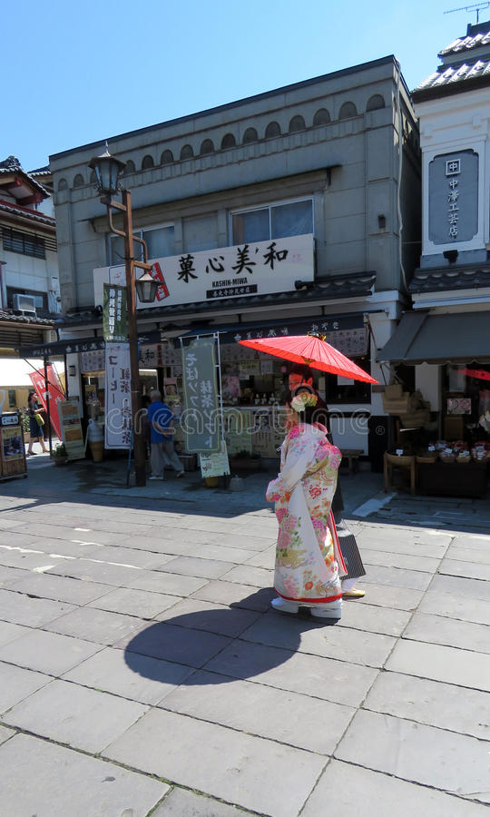 Japanische Hochzeitspaare in Nagano lizenzfreie stockfotos