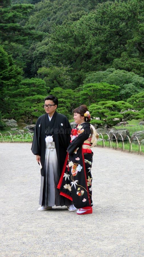 Japanische Hochzeitspaare in Ritsurin Koen Garden Takamatsu Japan lizenzfreie stockbilder
