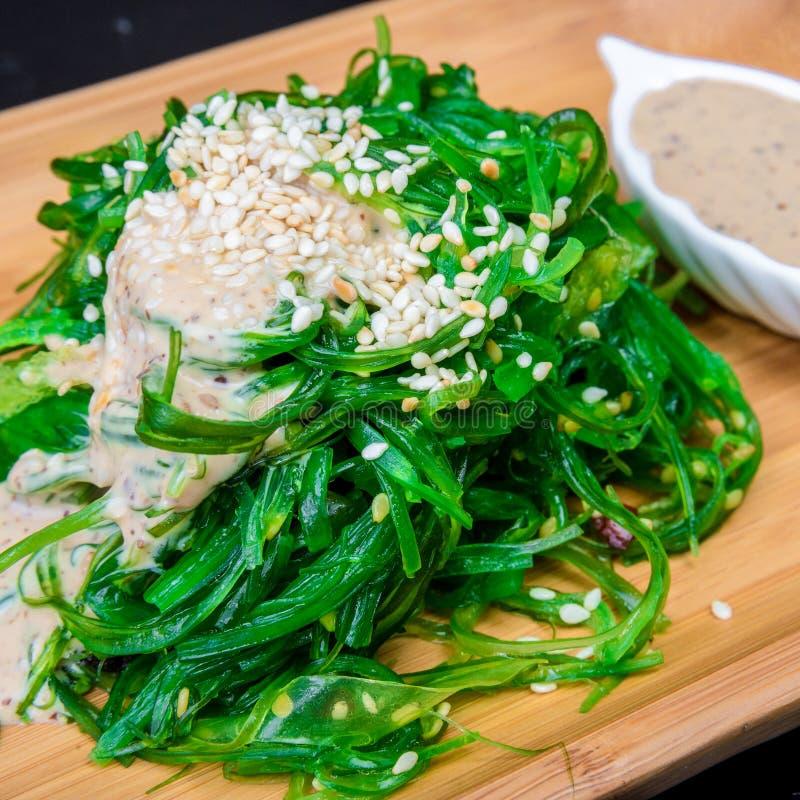 Japanische Küche - Chuka Meerespflanze-Salat Gedient mit Nuts Soße und indischem Sesam stockfotografie