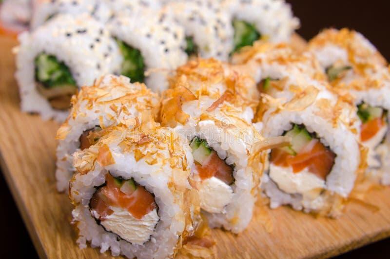 Japanische Küche im ukrainischen Restaurant Gesetzte Sushirollen mit Fischthunfisch, Aal, Lachs Maki rollt auf einer hölzernen Pl stockfotos