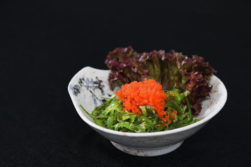 Japanische Küche, Meerespflanzen-Salat auf schwarzem backgroun lizenzfreie stockbilder