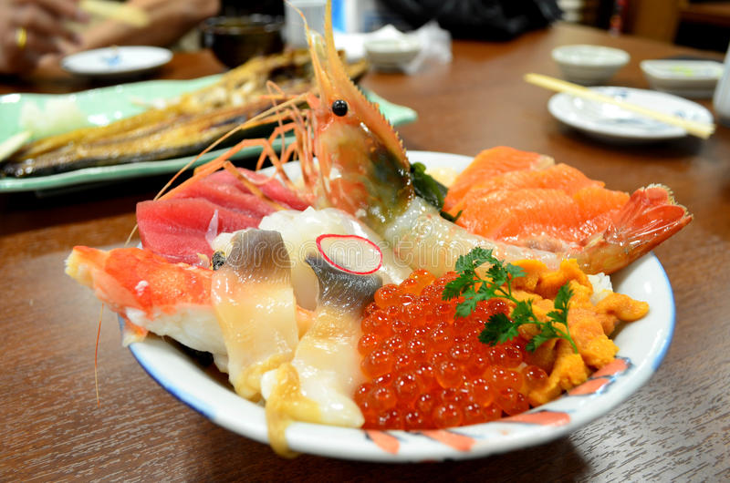 Japanische Küche, MischungsMeeresfrucht-Sashimireisschale stockbild