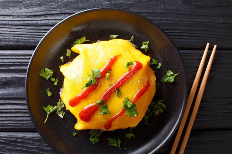 Japanische Küche: omurice mit Reis, Huhn und Gemüse clos stockbilder