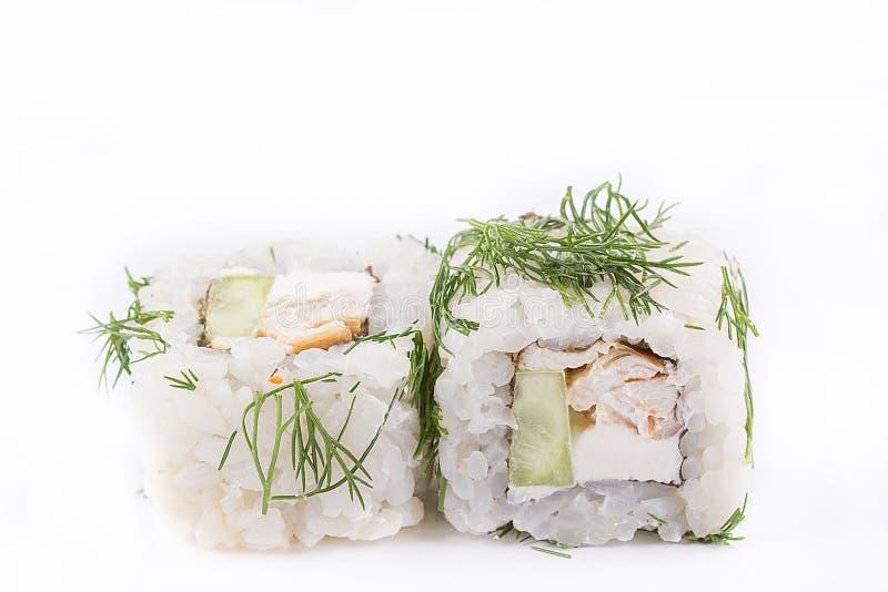 Japanische Küche, Sushi eingestellt: Vegetarische Rolle mit Hühnerleiste, Frischkäse, Gurke, Grüns auf einem weißen Hintergrund lizenzfreie stockfotos