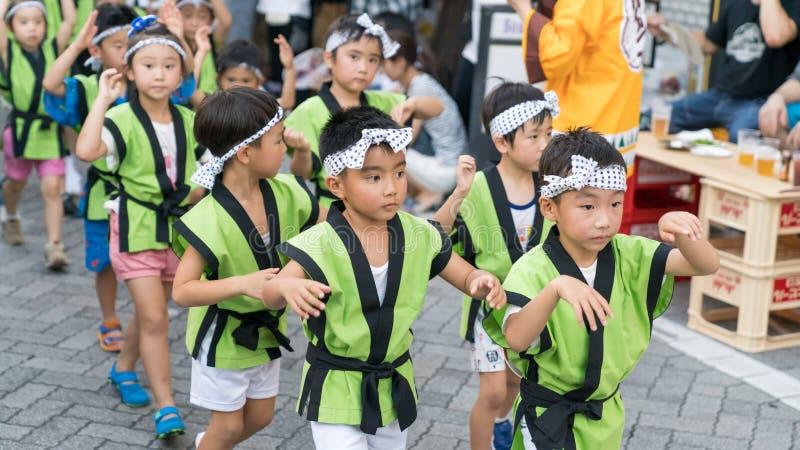 Japanische Kinder, die traditionellen Awaodori-Tanz im berühmten Festival Koenji Awa Odori, Tokyo, Japan tanzen lizenzfreie stockfotos