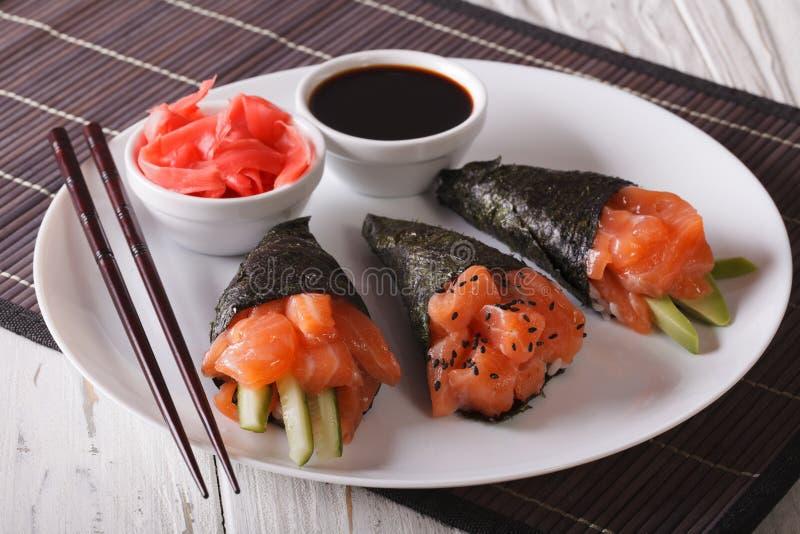 Japanische Lachs-temaki Sushi, Ingwer und Soßennahaufnahme horizont lizenzfreies stockbild