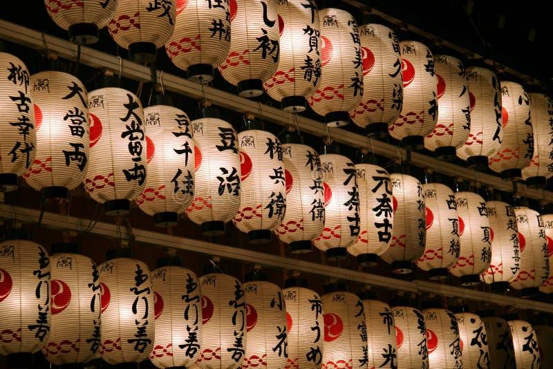 Japanische Laternen nachts. lizenzfreie stockfotos