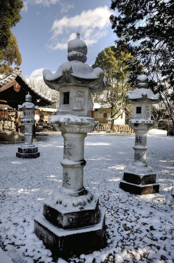Japanische Laternen unter Schnee lizenzfreies stockbild