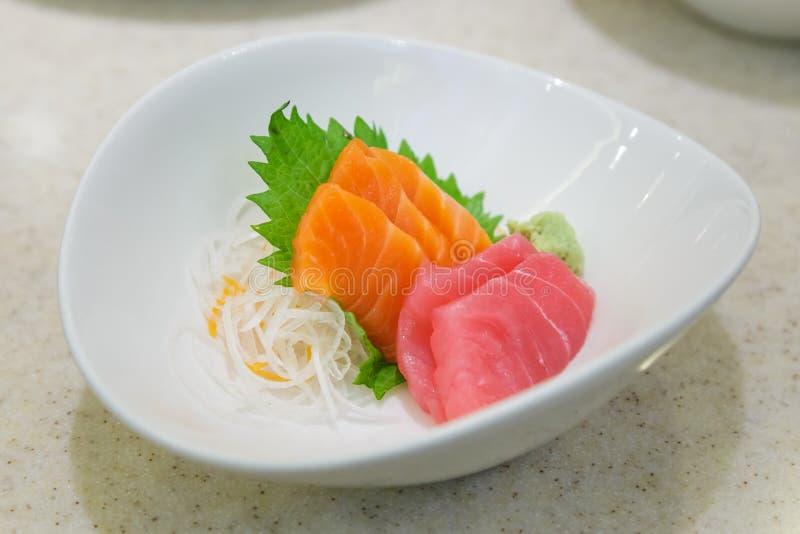 Japanische Lebensmittel Sashimi-Lachse und Thunfisch stockbild
