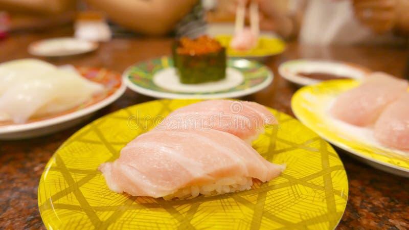 Japanische Lebensmittel Toro-Sushi auf gelber Platte lizenzfreies stockbild