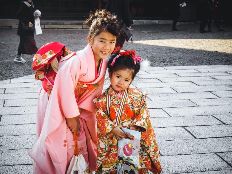 Japanische Mädchen lächelnder tragender japanischer Kimono in Kyoto Japan stockbilder