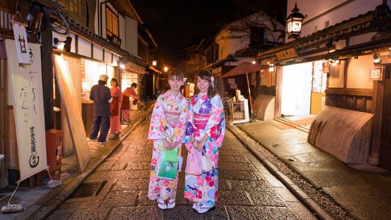 Japanische Mädchen mit Kimono an alter Stadt Kyotos lizenzfreie stockfotografie