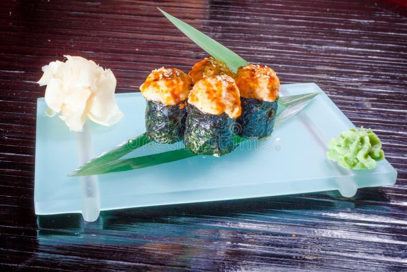Japanische Meeresfrüchtesushi, -rolle und -essstäbchen lizenzfreies stockfoto