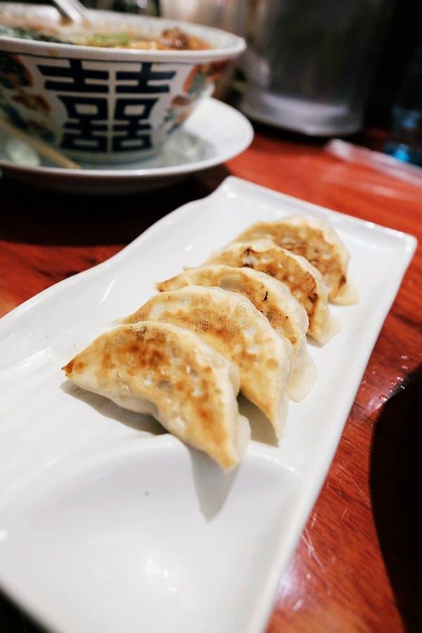 Japanische Mehlklöße nannten Gyoza oder Jiaozi in China, Gyoza mit Schweinefleisch und Gemüse lizenzfreies stockfoto