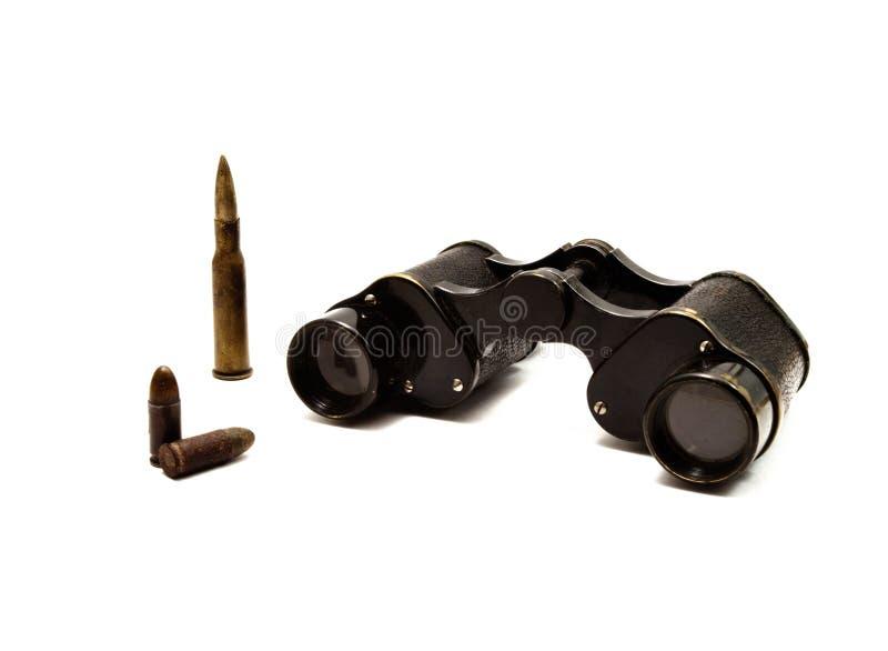 Japanische Militärbinokel und Gewehrkugeln stockbilder