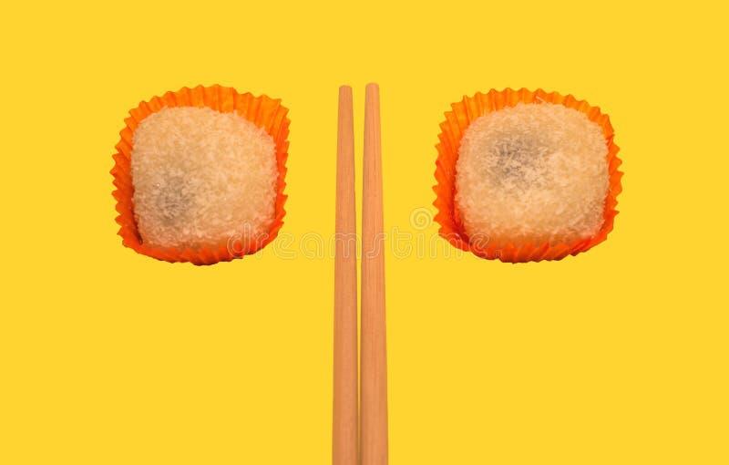 Japanische mochi kleine Kuchen mit grünem Tee lizenzfreie stockfotografie