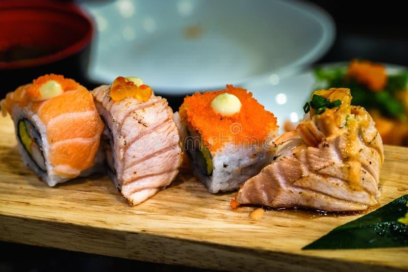 Japanische Nahrung der Sushi auf einer hölzernen Platte für Gesundheit stockbild