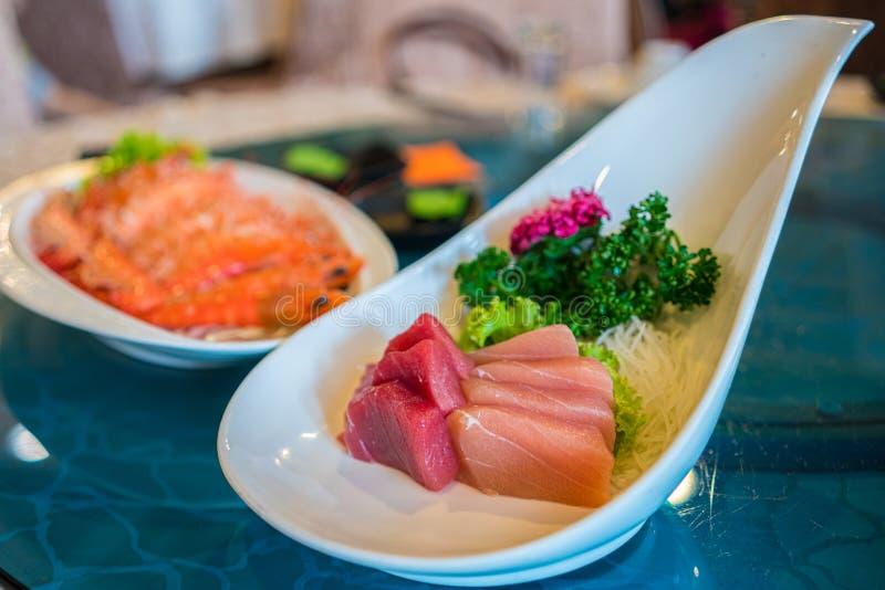 Japanische Nahrung - ein Platten-Thunfisch und ein Salmond-Sashimi stockbild