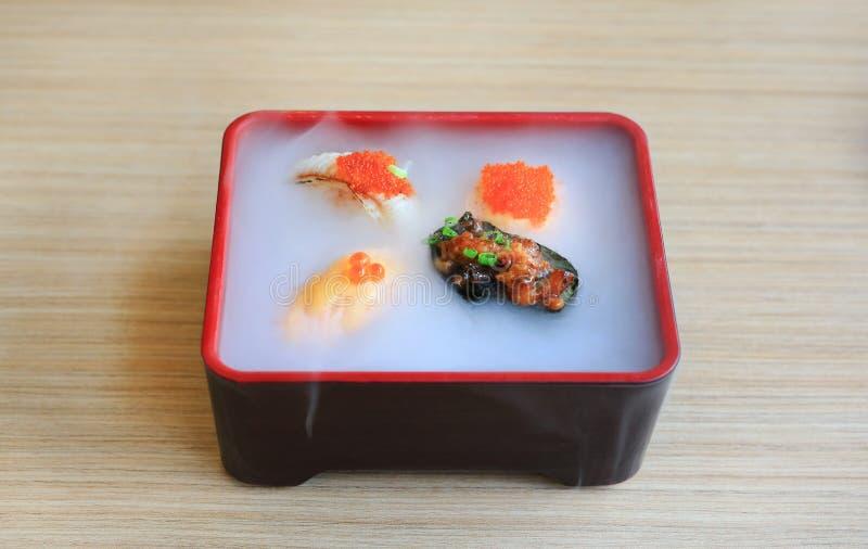 Japanische Nahrung, gesetzte Umhüllung Nami-Sushi mit kaltem geraucht auf Holztisch stockfotografie