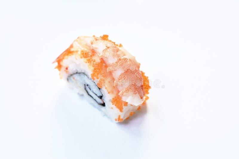 Japanische Nahrung Kalifornien-Rollenbelagsgarnele Sushi auf weißem Hintergrund stockbild