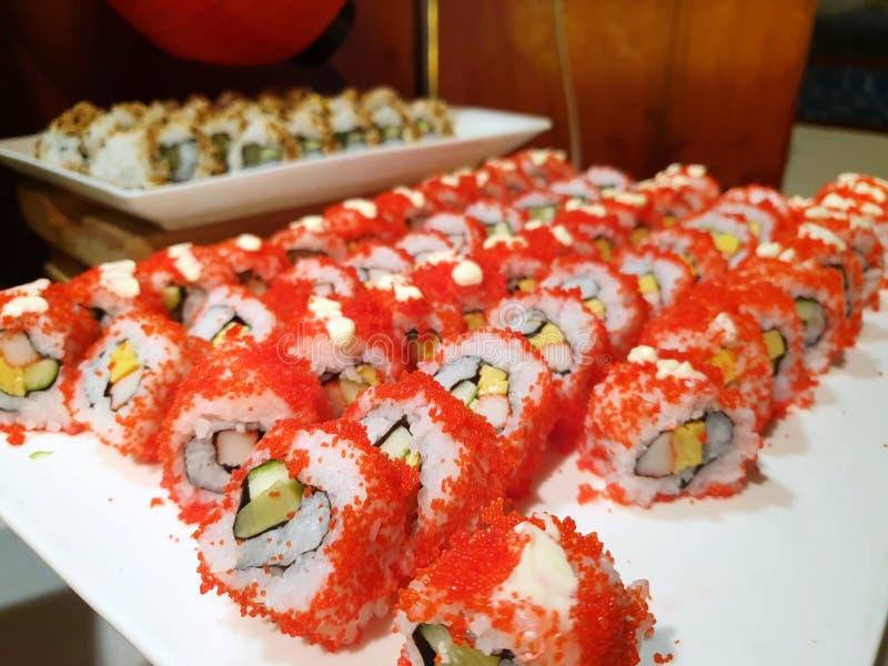 Japanische Nahrungsmittel-Art, Draufsicht von Kalifornien-Rollen-maki Sushi mit Krebsfleisch stockfoto