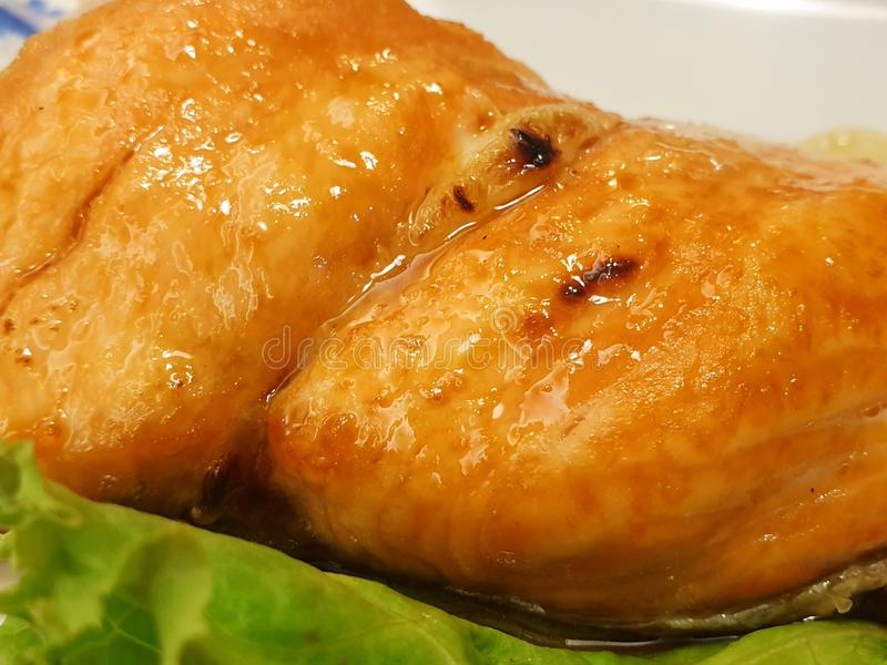 Japanische Nahrungsmittelart, Abschluss oben des gegrillten Lachssteaks mit teriyaki Soße lizenzfreie stockfotografie