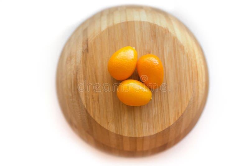 Japanische Orangen oder cumquats Zitrusfrucht japonica lokalisiert auf wei?em Hintergrund lizenzfreie stockfotografie