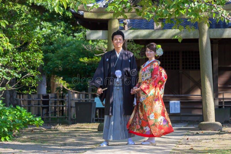 Japanische Paare in den traditionellen Brautkleidern lizenzfreie stockfotos