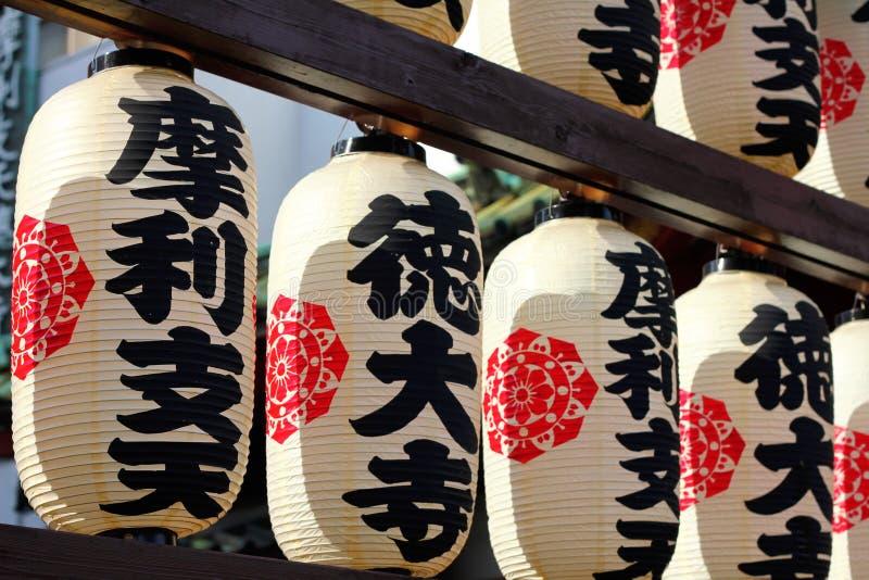 Japanische Papierlaternen außerhalb des Tempels stockbilder