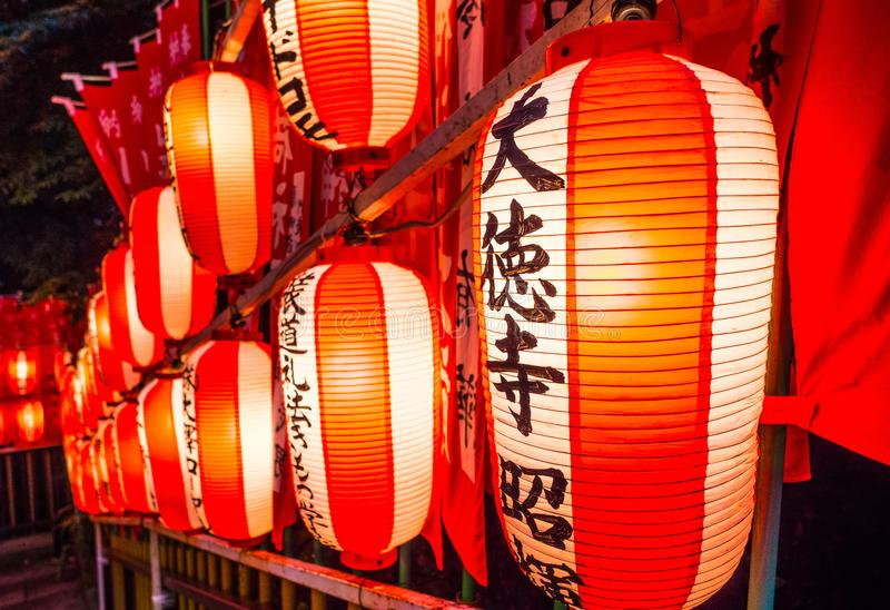 Japanische Papierlaternen in einem buddhistischen Tempel oder in einem shintoistischen Schrein - TOKYO, JAPAN - 12. Juni 2018 stockfotografie