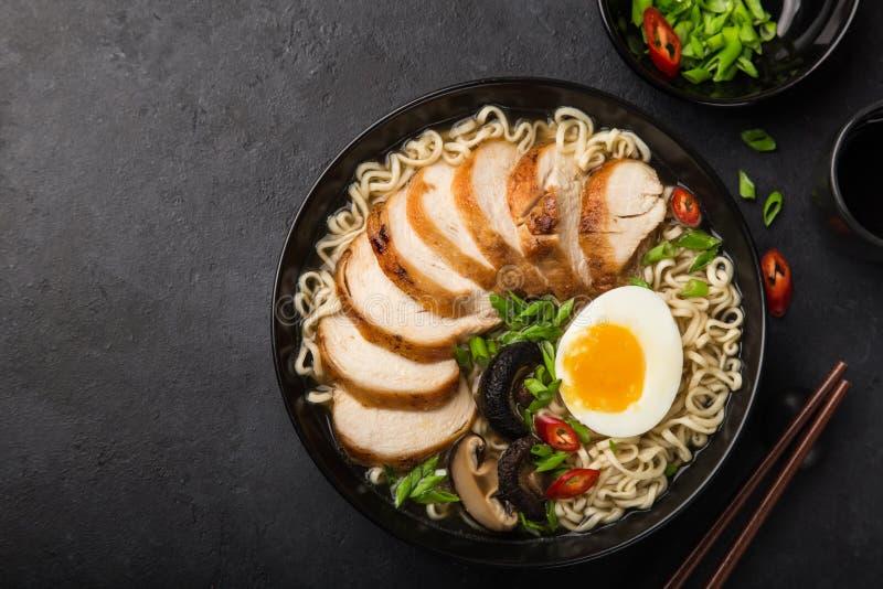 Japanische Ramennudel mit Huhn, Shiitake mushroms und Ei herein lizenzfreies stockbild