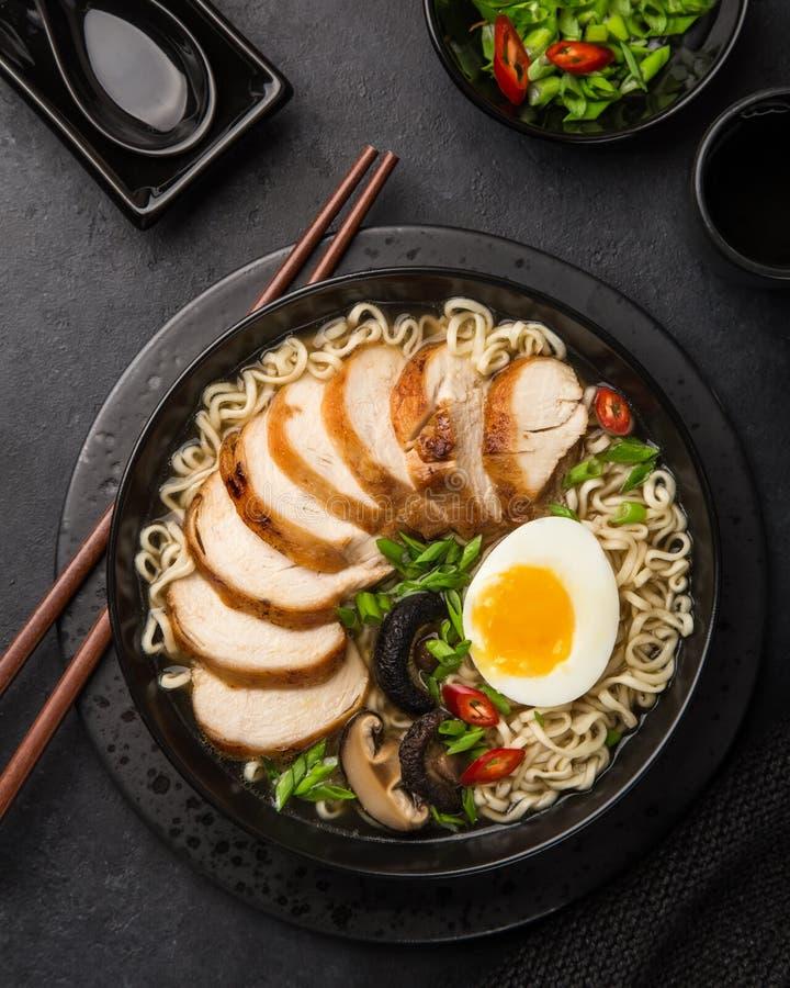 Japanische Ramennudel mit Huhn, Shiitake mushroms und Ei herein lizenzfreie stockbilder