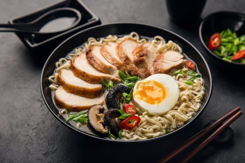 Japanische Ramennudel mit Huhn, Shiitake mushroms und Ei herein stockbilder