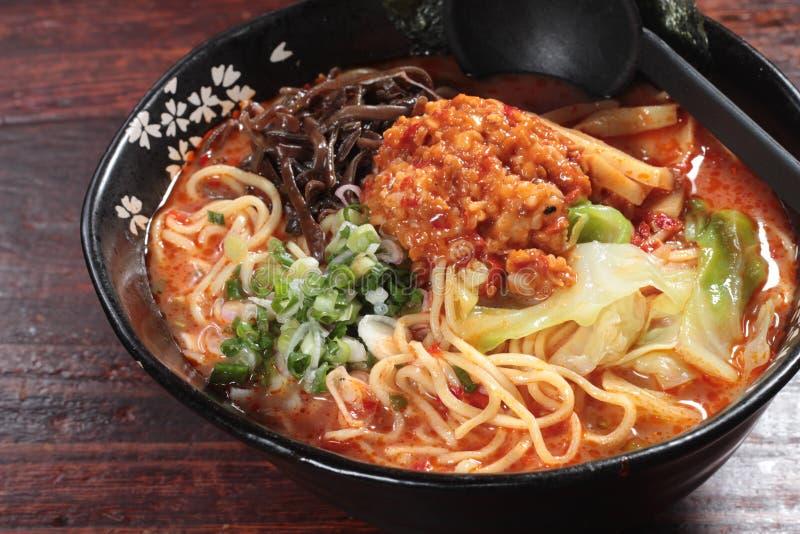 Japanische Ramennudeln in der Suppe lizenzfreies stockbild