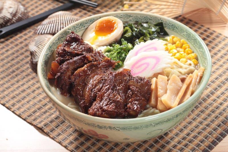 Japanische Ramennudeln in der Suppe stockfotografie