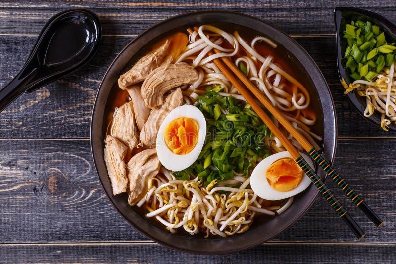 Japanische Ramensuppe mit Huhn, Ei, Schnittlauchen und Sprössling lizenzfreie stockbilder