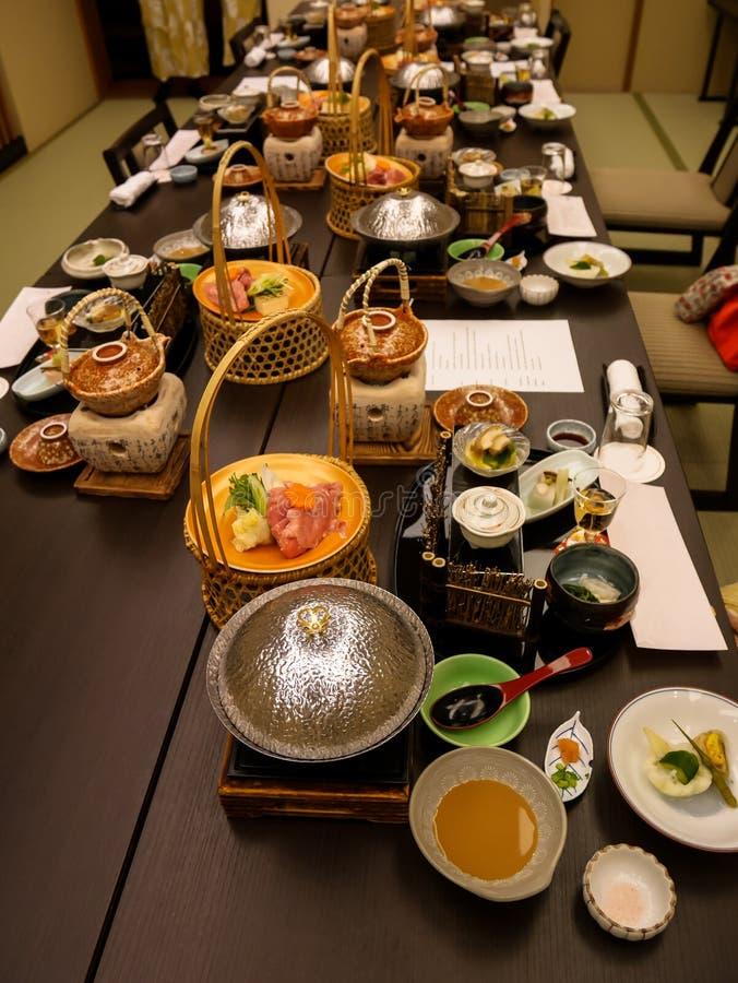 Japanische ryokan kaiseki Abendessensätze dienen im Familienprivatzimmer einschließlich Aperitif wie Kirschblütentofu, Schweinefl lizenzfreies stockbild