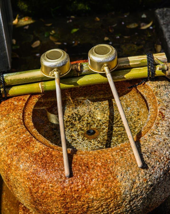 Japanische Schöpflöffel am shintoistischen Tempel stockfoto