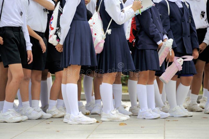 Japanische Schulmädchen, die in Linie warten lizenzfreie stockfotografie