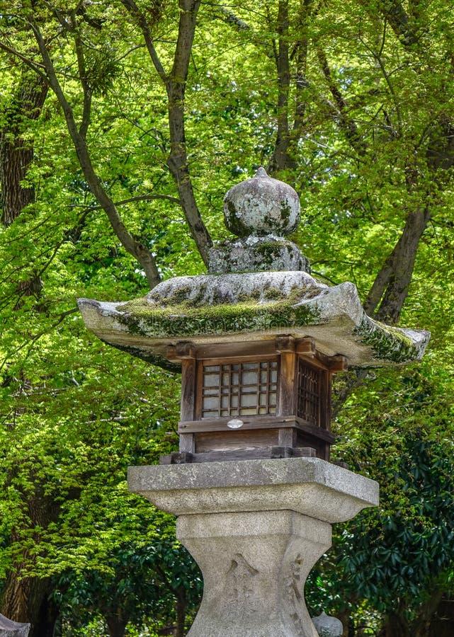 Japanische Steinlaterne am Zengarten stockbild